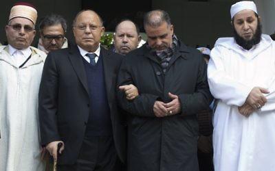 (Depuis la gauche) le Mufti de la Mosquée de Paris Djelloul Bouzidi, le recteur Dalil Boubakeur, le directeur administratif Mohamed Louanoughi, et le premier Imam Whales Belarbi observent une minute de silence à la Grande Mosquée, pour les victimes des attaques de Paris, le 16 novembre 2015, (Crédit : AFP PHOTO / JOEL SAGET)