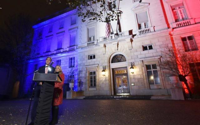 Le Secrétaire d'Etat américain John Kerry (g), à côté de l'ambassadrice américaine en France Jane D. Hartley, prononce un discours à l'ambassade américaine illuminée aux couleurs du drapeau national français le 16 novembre, 2015 à Paris. (Crédit : AFP PHOTO / POOL / DOMINIQUE FAGET)