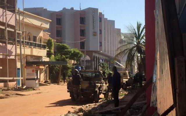 Les troupes maliennes prennent position à l'extérieur de l'hôtel Radisson Blu à Bamako le 20 novembre 2015. Des hommes armés on fait irruption et ont fusillé les personnes présentes dans l'hôtel de luxe Radisson Blu à Bamako au Mali, et ont pris en otage 170 clients et le personnel  (Crédit : AFP PHOTO / SEBASTIEN RIEUSSEC / AFP / Sebastien RIEUSSEC)