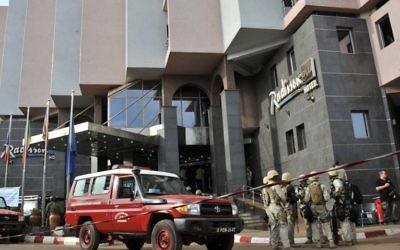 Des soldats maliens et des forces spéciales montent la garde à l'entrée de l'hôtel du Radisson Blu à Bamako le 20 novembre, 2015, après l'assaut des forces de sécurité. (Crédit : HABIBOU KOUYATE / AFP)