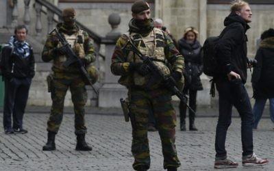 Des soldats belges sur la Grande Place à Bruxelles,le 22 novembre 2015. (Crédit : AFP Photo / John Thys)