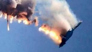 Une capture d'écran d'une vidéo qui montre un avion de chasse russe brûlant en train de tomber après avoir été abattu près de la frontière turco-syrienne, à Hatay le 24 novembre, 2015 (Crédit : AFP PHOTO / IHLAS AGENCE DE PRESSE)