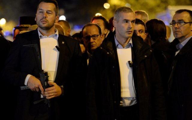 Le président français François Hollande arrive sur les lieux d'un attentat à Paris le 13 novembre 2015, après une série d'attaques à travers Paris (Crédit : AFP PHOTO / MIGUEL MEDINA)