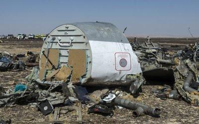 Les débris de l'avion de ligne russe A321 une journée après que l'avion s'est écrasé à Wadi al-Zolomat, une zone montagneuse dans la péninsule du Sinaï, en Egypte, le 1er novembre 2015 (Crédit : AFP/Khaled Desouki)