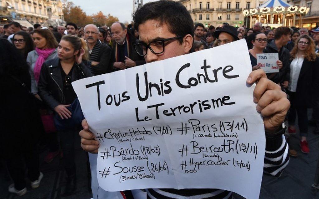 Les gens se rassemblent en hommage aux victimes des attaques de Paris, à la place de la Comédie à Montpellier le 14 novembre, 2015 (Crédit :  AFP PHOTO / PASCAL GUYOT)