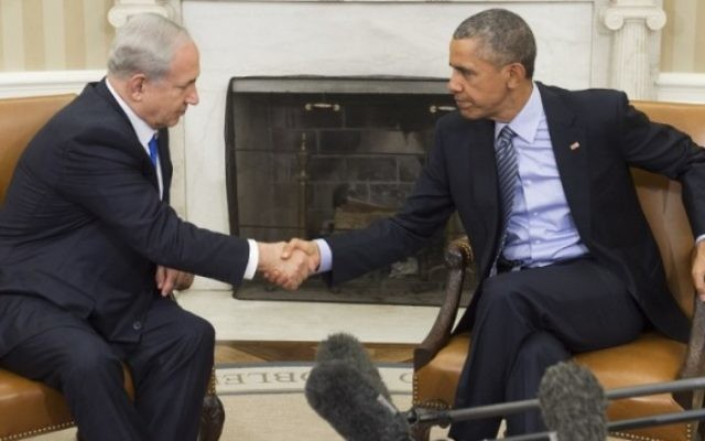 Le président américain Barack Obama, à droite, et le Premier ministre israélien Benjamin Netanyahu se serrent la main lors d'une réunion dans le bureau ovale de la Maison Blanche à Washington, le 9 novembre 2015 (Crédit : AFP / Saul Loeb)