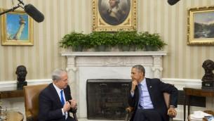 Le président américain Barack Obama, à droite, et le Premier ministre israélien Benjamin Netanyahu pendant une réunion dans le bureau ovale de la Maison Blanche à Washington, le 9 novembre 2015 (Crédit : AFP / SAUL LOEB)
