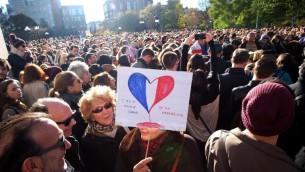 Les gens se rassemblent pour une veillée de solidarité avec les citoyens de France le 14 novembre, 2015 à New York, (Crédit : AFP PHOTO / JEWEL SAMAD)