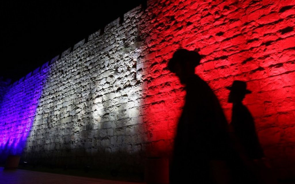 Les murs de la Vieille Ville aux couleurs du drapeau français en hommage aux victimes des attentats de Paris (Crédit: Gali Tibon/AFP)