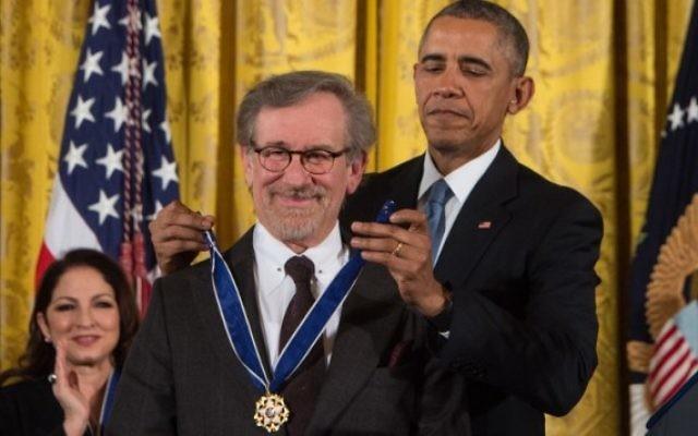 Le président américain Barack Obama remet la Médaille présidentielle de la liberté au réalisateur Steven Spielberg à la Maison Blanche, Washington, DC, le 24 novembre 2015. (Crédit : AFP / NICHOLAS KAMM)