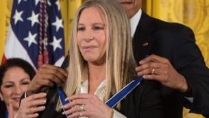 Le président américain Barack Obama remet la Médaille présidentielle de la Liberté à la chanteuse et actrice Barbra Streisand à la Maison Blanche à Washington, DC, le 24 novembre, 2015 (Crédit : AFP PHOTO / NICHOLAS KAMM)