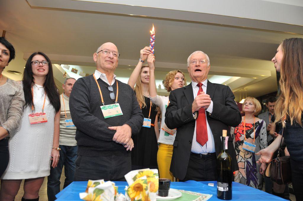 Dr Yoel Rappel et Chaim Chesler conduisant une cérémonie de havdalah au Limmud FSU (Crédit : Autorisation Boris Bukhman)