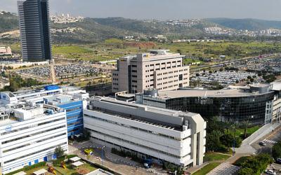 Matam situé à l'entrée sud de Haïfa, en Israël, est le plus grand et le plus ancien parc HiTech en Israël. Les bâtiments de Matam à l'avant de l'image sont ceux d'Intel et Elbit Systems (Crédit : Zvi Roger/Municipalité de HaÏfa/Creative Commons SA-3.0)