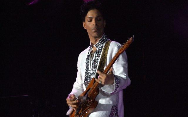 Prince au festival Coachella en 2008 (Crédit : Penner/Wikimedia/CC-SA 3.0)
