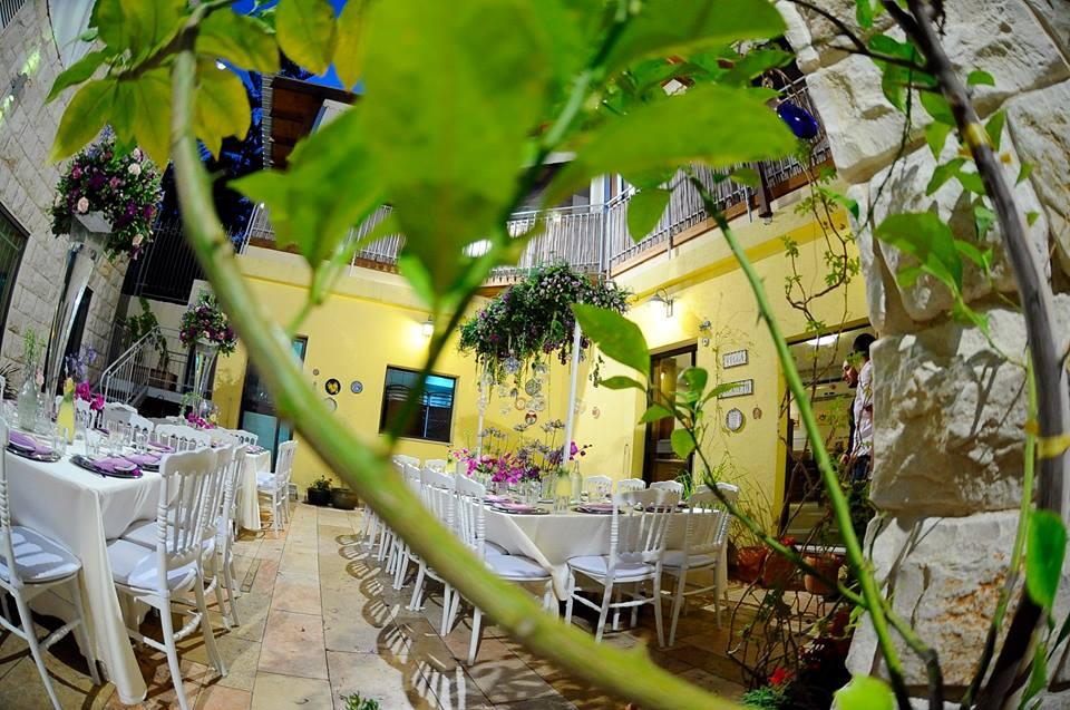 La cour du restaurant de l'Hôtel Villa Nazareth (Crédit : Facebook)