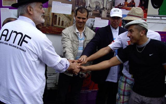 A gauche, le rabbin Michel Serfaty (Crédit : Facebook)