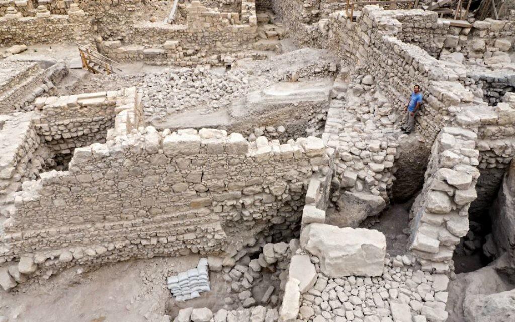 Les vestiges de la citadelle d'Acra et la tour de la Cité de David à Jérusalem (Crédit : Assaf Peretz / Autorisation de l'Autorité israélienne des antiquités)