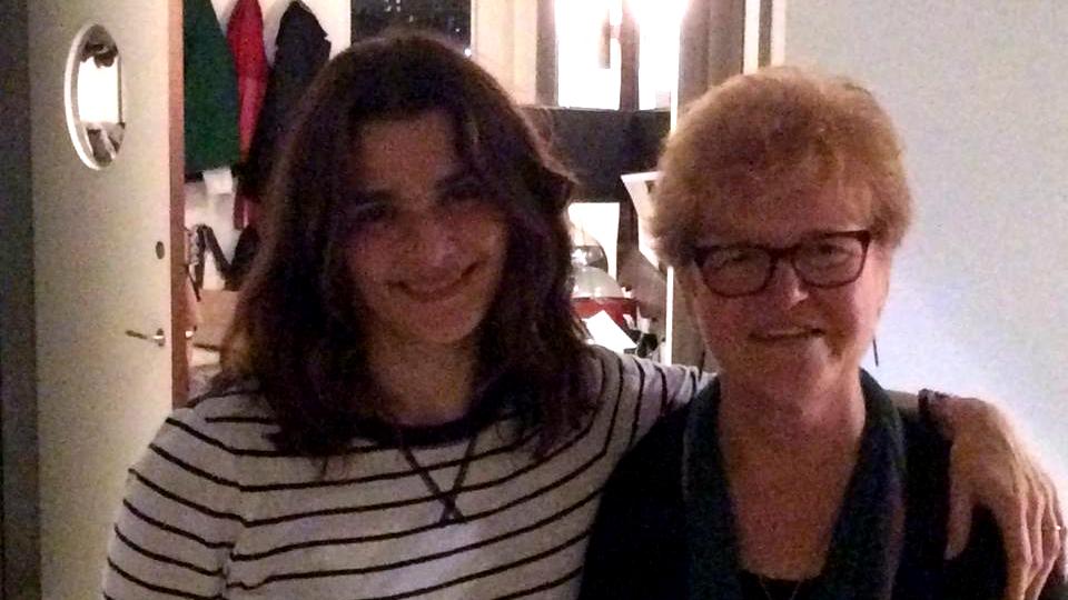 L'actrice Rachel Weisz avec la professeure Deborah Lipstadt à New York, en novembre 2015 (Crédit : Autorisation)