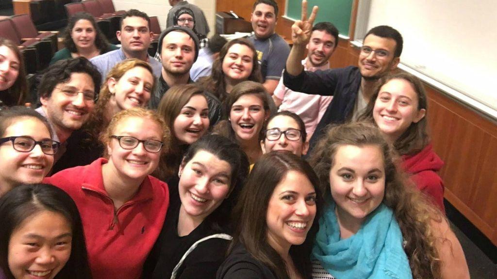 Assi Azar fait le signe de la paix entouré par des étudiants qui le soutient à l'université Goucher, Baltimore, le 5 novembre 2015 (Crédit : Autorisation)