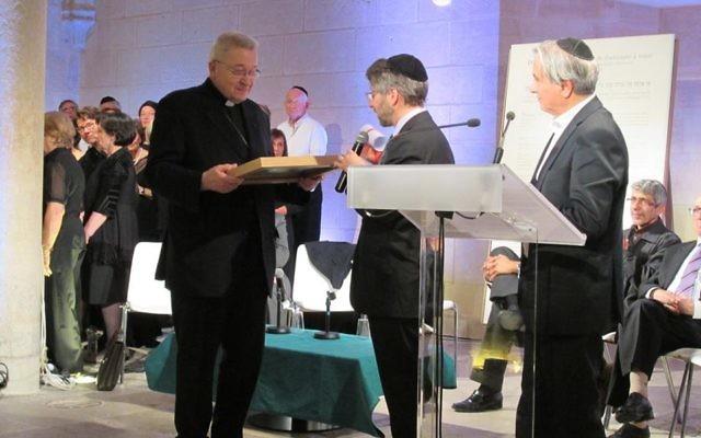 Remise de la déclaration par le grand Rabbin Haïm Korsia au Cardinal André Vingt-trois (Crédit : Facebook/ULIF Copernic)