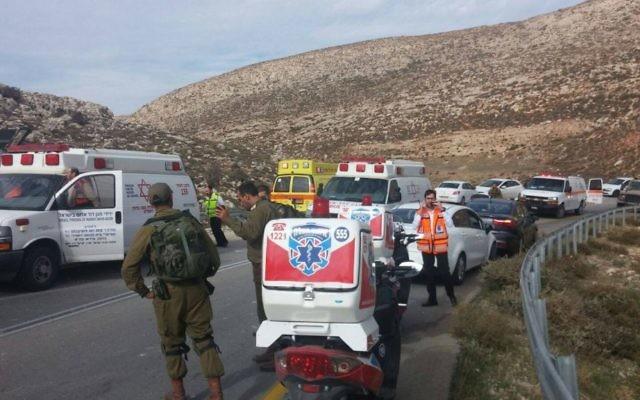 Uun accident d'autobus en Cisjordanie qui a fait au moins un mort et des dizaines de blessés le 26 novembre 2015 (Crédit : Medabrim Communications / United Hatzalah)