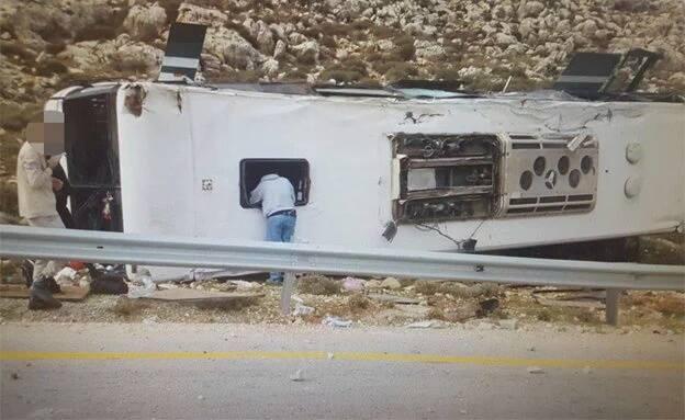 Accident d'autobus en Cisjordanie qui a fait au moins un mort et des dizaines de blessés le 26 novembre 2015 (Crédit : Medabrim Communications / United Hatzalah)