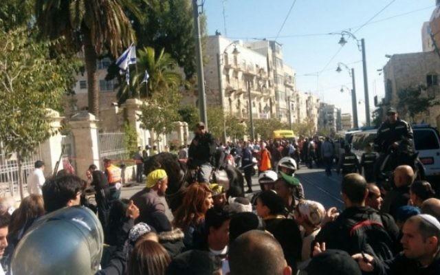 La scène d'une attaque au couteau près de Mahane Yehuda marché de Jérusalem, le 23 novembre 2015. (Crédit : Ilan Ben Zion/Times of Israel)