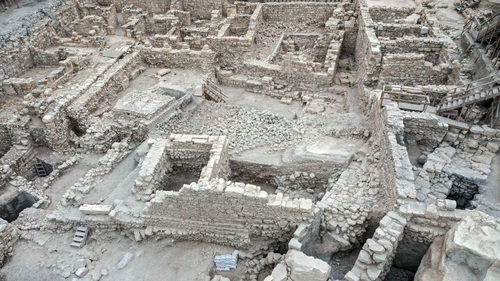 Les vestiges de la citadelle d'Acra et la tour de la Cité de David à Jérusalem (Crédit : Assaf Peretz / avec Autorisation de l'Autorité des Antiquités d'Israël)