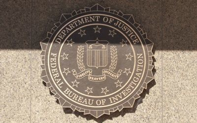 L'emblème du FBI au J. Edgar Hoover Building. Illustration. (Crédit : Cliff/CC BY 2.0/Flickr)