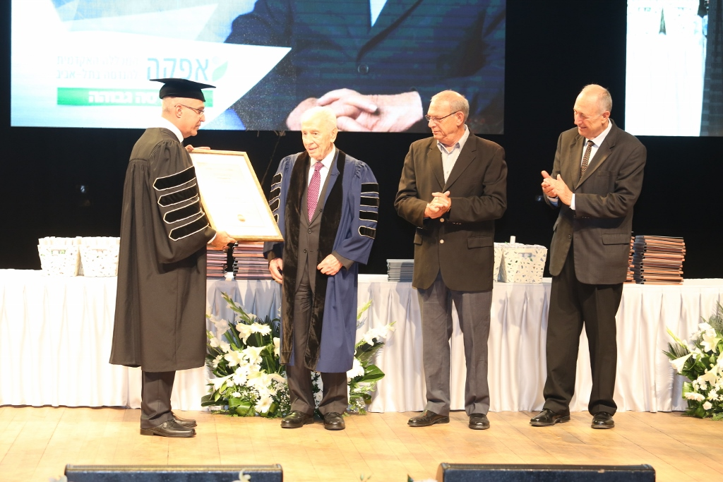 Remise du diplôme honoraire (Crédit : The Peres Center for Peace)