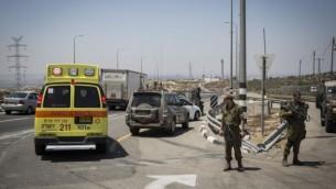 Une ambulance sur les lieux d'une attaque au couteau sur la route 443, le 15 août 2015. (Hadas Parush / Flash90)