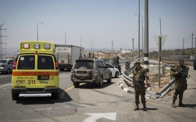 Une ambulance sur les lieux d'une attaque au couteau sur la route 443, le 15 août 2015. (Crédit : Hadas Parush/Flash90)