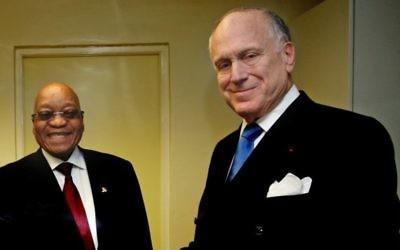 Le président sud-africain Jacob Zuma (g) avec le président du Congrès juif mondial Ronald Lauder (d) lors d'un rassemblement de dirigeants juifs à Johannesburg le dimanche 22 novembre 2015 (Crédit : Ilan Ossendrywer)