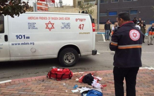 Les ambulanciers paramédicaux sur la scène d'une attaque au couteau dans le parc industriel de Shaar Binyamin, en Cisjordanie, le 6 novembre 2015. (Crédit : Magen David Adom)