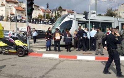 Police, gardes de sécurité et ambulanciers arrivent sur les lieux d'une attaque au couteau dans le quartier de Pisgat Zeev de Jérusalem le 10 novembre 2015. (Crédit : Magen David Adom)