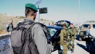 Les agents de la police des frontières et des soldats de Tsahal arrivant sur les lieux d'une attaque à la voiture bélier à l'intersection de Tapuah en Cisjordanie le 24 novembre 2015 (Crédit : Police israélienne)