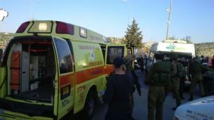 Les ambulances Magen David Adom arrivant sur les lieux d'une attaque au couteau sur la route 443 à l'extérieur de Jérusalem le 23 novembre 2015 (Crédit : Magen David Adom)