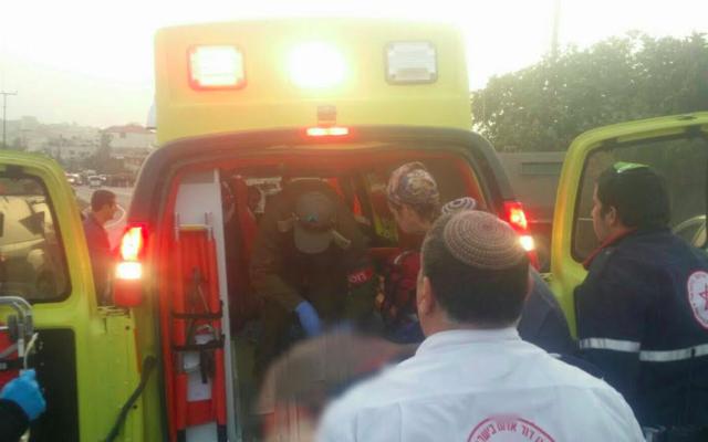 Ambulance sur les lieux de l'attaque à la voiture-bélier perpétrée près de Hébron, le 4 novembre 2015 (Crédit : Magen David Adom)