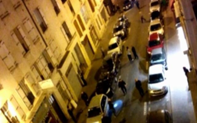 Capture d'écran des policiers français postés devant le Bataclan à Paris, le 13 novembre 2015 (Crédit : BFMTV)