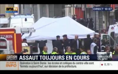 Capture d'écran de la chaîne BFMTV, montrant l'assaut donné par les forces de sécurité françaises, le 18 novembre 2015 (Crédit : capture d'écran bfmtv)