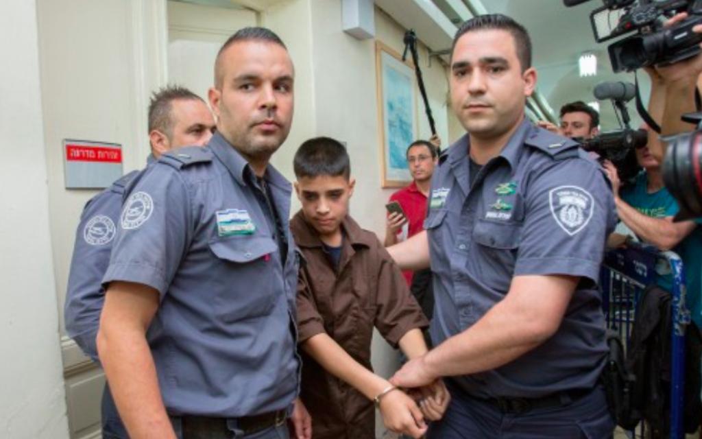 Ahmed Manasra, Palestinien de 13 ans qui a poignardé deux Israéliens, pendant une audience au tribunal de Jérusalem, le 25 octobre 2015. (Crédit : Yonatan Sindel / Flash90)