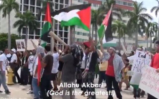 """Copie d'écran du documentaire """"Crossing the Line 2» montrant une manifestation propalestienne sur un campus en Amérique du Nord. (Autorisation)"""