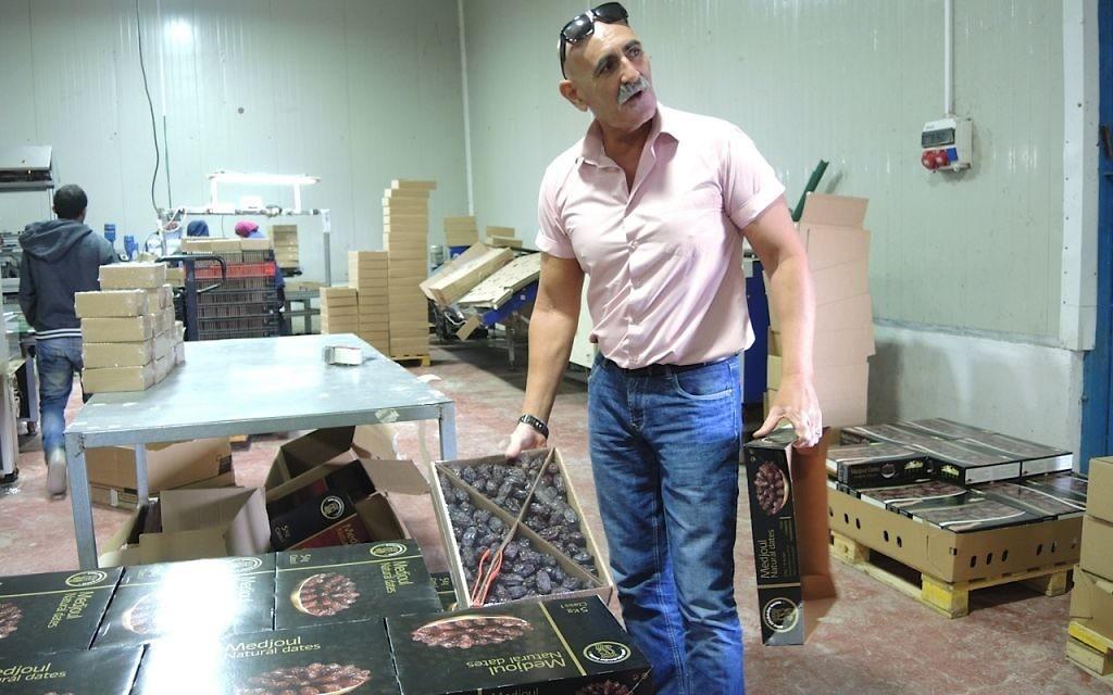 Le maire du Conseil régional du Jourdain, David Elhainii, à Arbel Farms et l'usine d'emballage. Sur les 1 000 familles israéliennes vivant dans 21 implantations dans la vallée du Jourdain, 900 sont impliquées dans l'agriculture (Crédit : Melanie Lidman/Times of Israel)