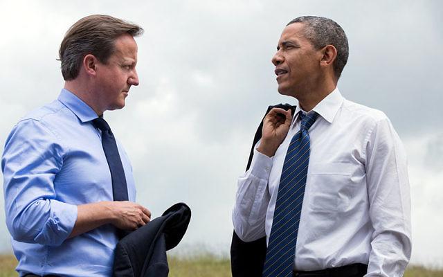 Le Premier ministre britannique David Cameron (g) et le président des Etats-Unis Barack Obama parlent au Sommet du G8 à Lough Erne, Irlande du Nord le 17 juin 2013 (Crédit : domaine public)