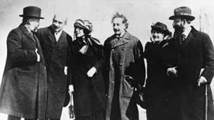 Albert Einstein et les dirigeants de l'Organisation sioniste mondiale en 1921. Albert Einstein avec sa femme Elsa Einstein, et les dirigeants sionistes Menachem Ussishkin, Chaim Weizmann, Vera Weizmann et Ben-Zion Mossinson arrivant à New York. (Crédit : domaine public/Wikipedia)