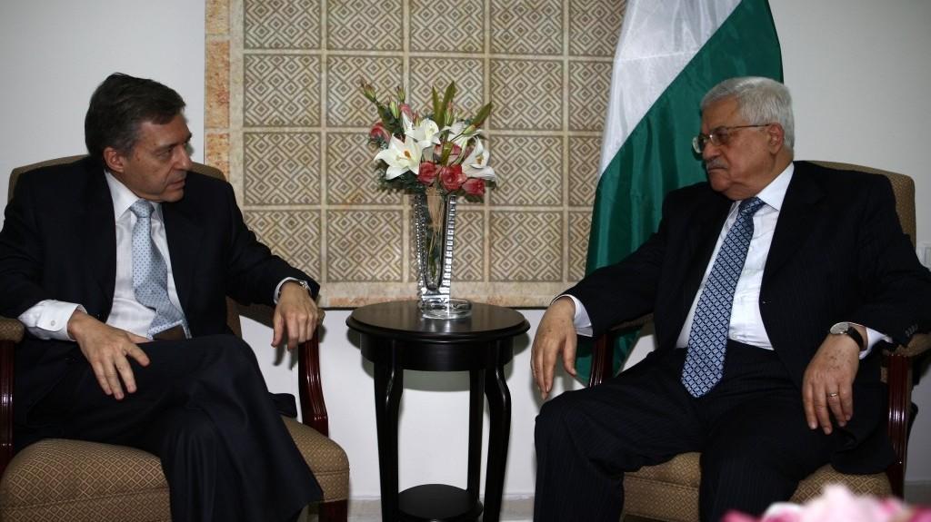 Yossi Beilin avec le président de l'Autorité palestinienne Mahmoud Abbas à Ramallah, en août 2008 (Crédit : Omar Rashidi / Flash90)