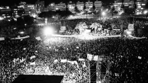 Des centaines de milliers d'Israéliens sur Kikar Hamedina en septembre 2011, pour davantage de justice sociale. Il s'agit de la plus grande manifestation de l'Histoire en Israel. (Crédit : Tomer Neuberg/Flash90)