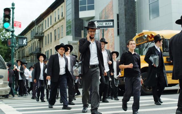 Des juifs ultra-orthodoxes dans le quartier de Brooklyn à New York. (Crédit : Mendy Hechtman / Flash90)
