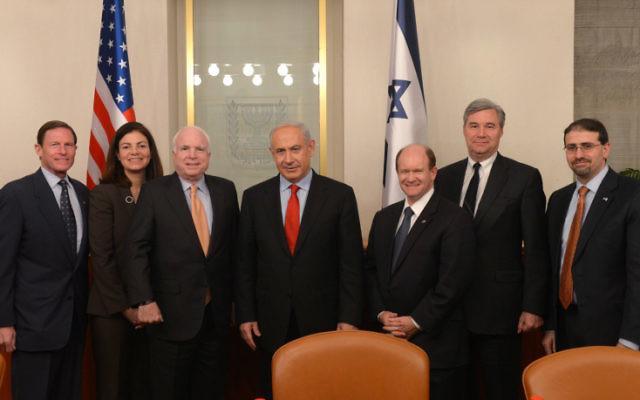 De gauche à droite : le sénateur Richard Blumenthal, le sénateur Kelly Ayotte, le sénateur, John McCain, le Premier ministre Benjamin Netanyahu, le sénateur Christopher Coons, le sénateur Sheldon Whitehouse et l'ambassadeur américain en Israël, Dan Shapiro (Crédit : Amos Ben Gershom / GPO / Flash90)