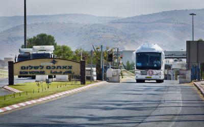 Vue d'un passage sur le fleuve du Jourdain, un passage frontalier international entre Irbid, en Jordanie et Beit Shean, en Israël, le 5 août 2013. (Crédit : Moshe Shai /Flash90)